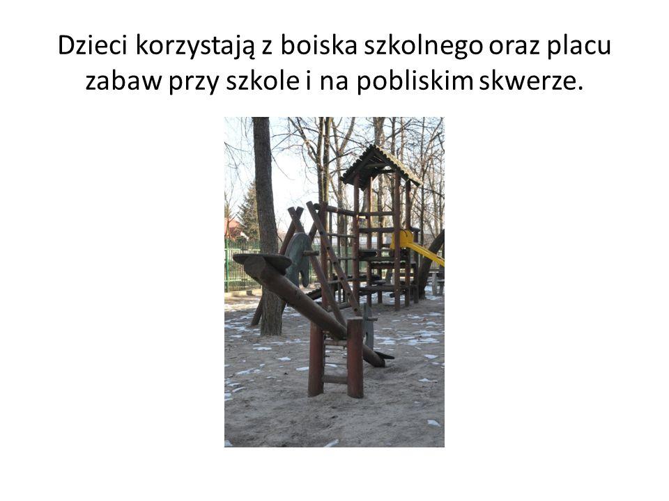 Dzieci korzystają z boiska szkolnego oraz placu zabaw przy szkole i na pobliskim skwerze.