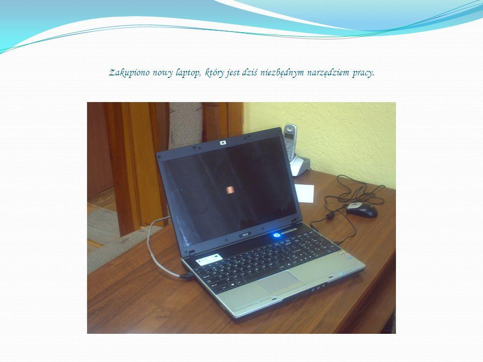 Zakupiono nowy laptop, który jest dziś niezbędnym narzędziem pracy.