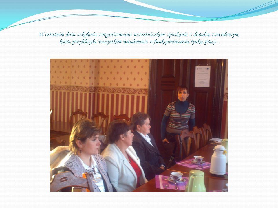 W ostatnim dniu szkolenia zorganizowano uczestniczkom spotkanie z doradcą zawodowym, która przybliżyła wszystkim wiadomości o funkcjonowaniu rynku pracy .