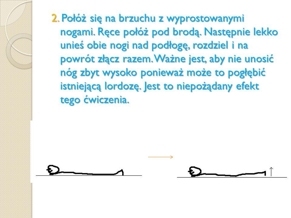 2. Połóż się na brzuchu z wyprostowanymi nogami. Ręce połóż pod brodą