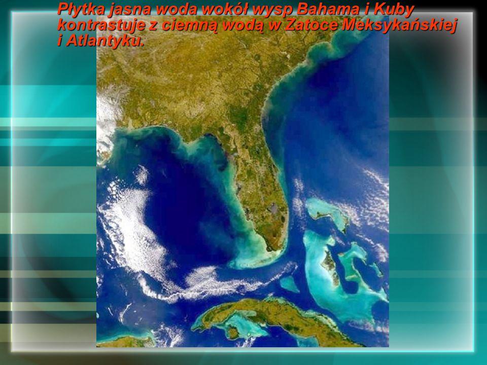 Płytka jasna woda wokół wysp Bahama i Kuby kontrastuje z ciemną wodą w Zatoce Meksykańskiej i Atlantyku.