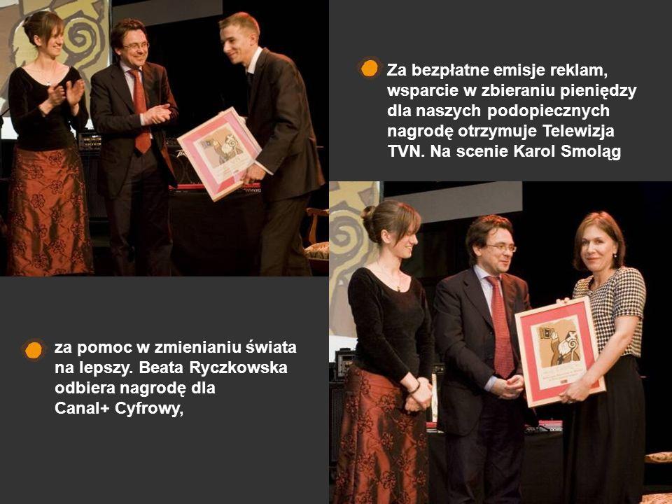 Za bezpłatne emisje reklam, wsparcie w zbieraniu pieniędzy dla naszych podopiecznych nagrodę otrzymuje Telewizja TVN. Na scenie Karol Smoląg