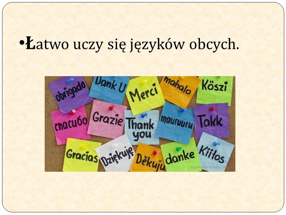Łatwo uczy się języków obcych.