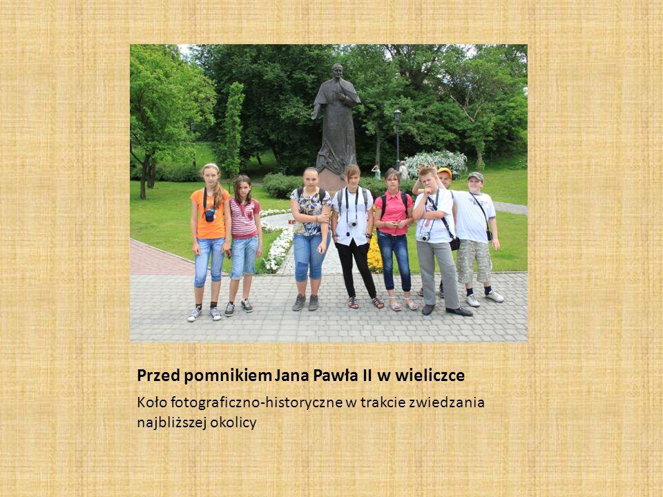 Przed pomnikiem Jana Pawła II w wieliczce