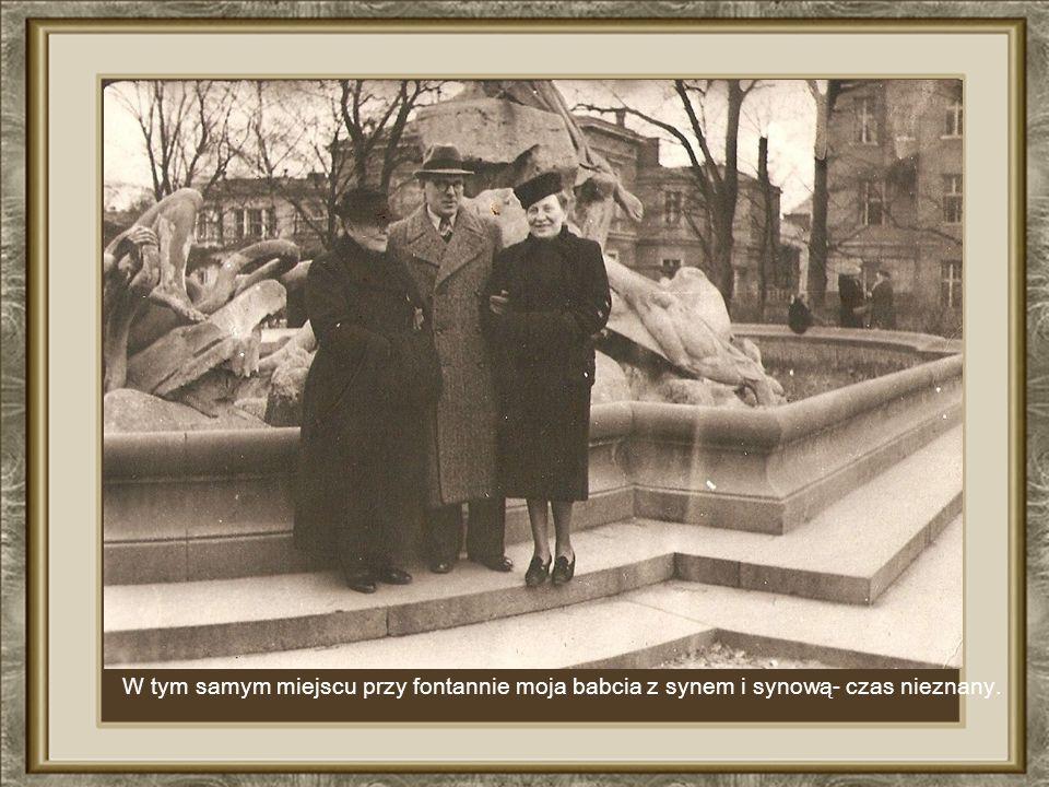 W tym samym miejscu przy fontannie moja babcia z synem i synową- czas nieznany.