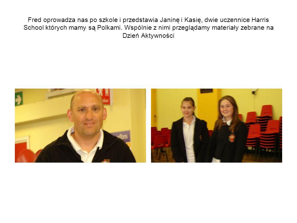 Fred oprowadza nas po szkole i przedstawia Janinę i Kasię, dwie uczennice Harris School których mamy są Polkami.