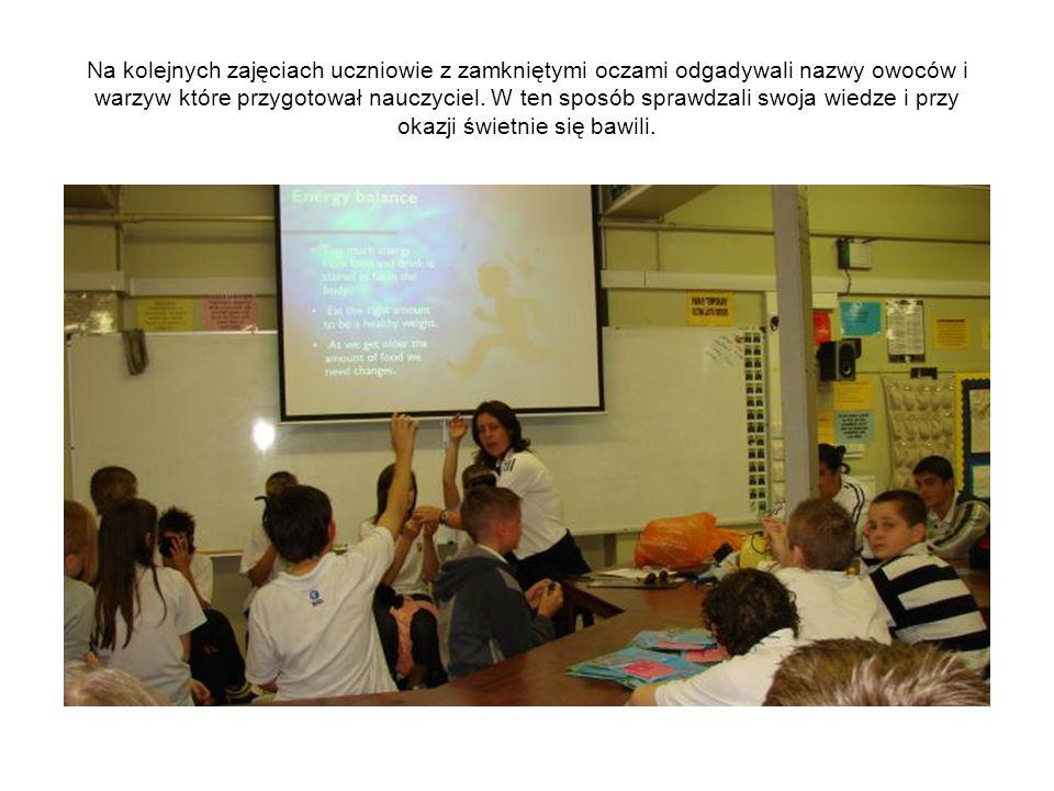 Na kolejnych zajęciach uczniowie z zamkniętymi oczami odgadywali nazwy owoców i warzyw które przygotował nauczyciel.