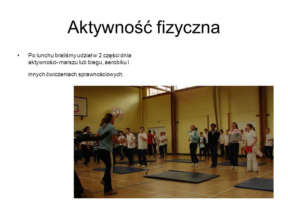 Aktywność fizycznaPo lunchu braliśmy udział w 2 części dnia aktywności- marszu lub biegu, aerobiku i innych ćwiczeniach sprawnościowych.
