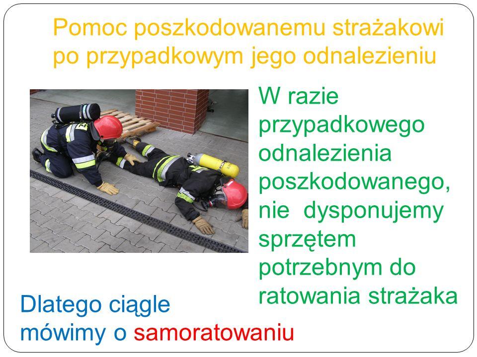 Pomoc poszkodowanemu strażakowi po przypadkowym jego odnalezieniu