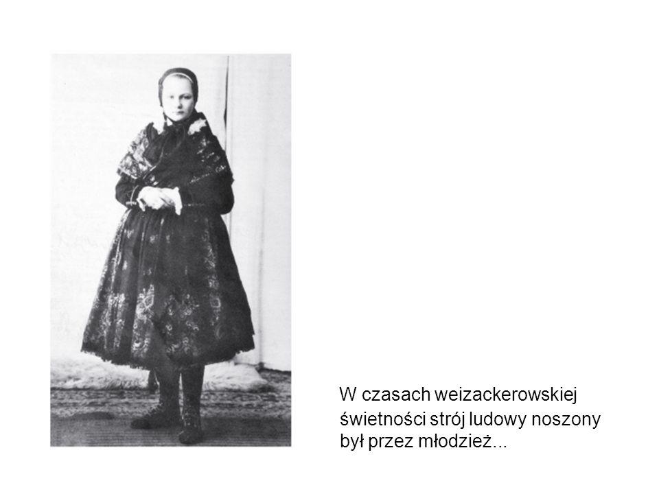 W czasach weizackerowskiej świetności strój ludowy noszony był przez młodzież...