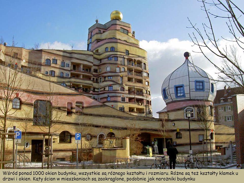 Wśród ponad 1000 okien budynku, wszystkie są różnego kształtu i rozmiaru.