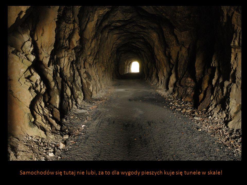 Samochodów się tutaj nie lubi, za to dla wygody pieszych kuje się tunele w skale!