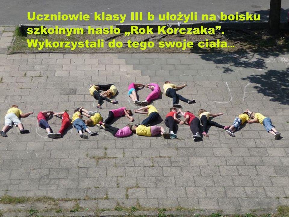 """Uczniowie klasy III b ułożyli na boisku szkolnym hasło """"Rok Korczaka"""
