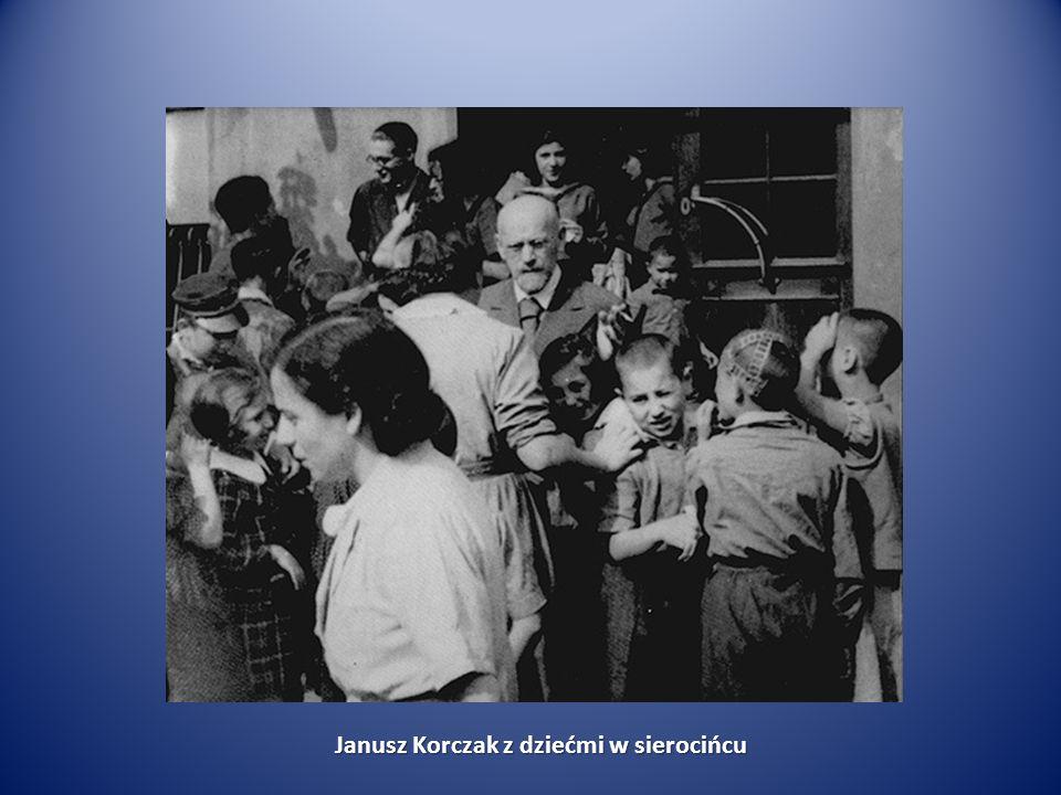 Janusz Korczak z dziećmi w sierocińcu