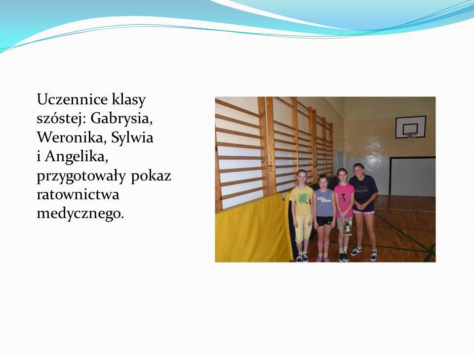 Uczennice klasy szóstej: Gabrysia, Weronika, Sylwia i Angelika, przygotowały pokaz ratownictwa medycznego.