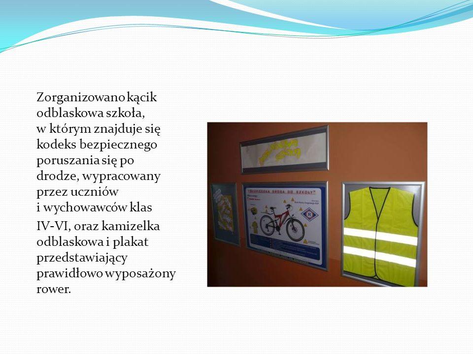 Zorganizowano kącik odblaskowa szkoła, w którym znajduje się kodeks bezpiecznego poruszania się po drodze, wypracowany przez uczniów i wychowawców klas