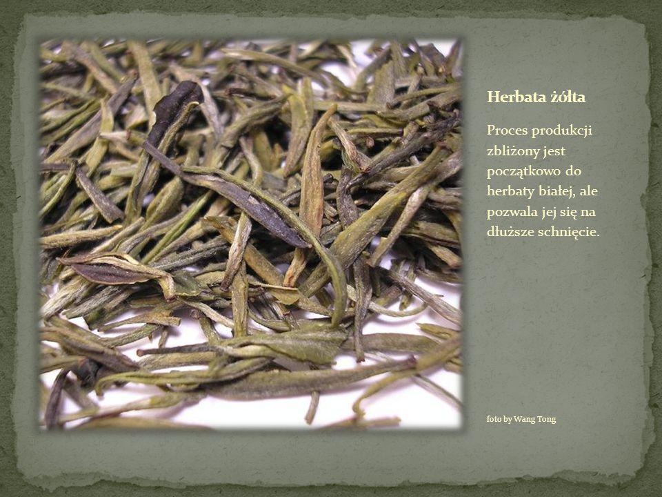 Herbata żółta Proces produkcji zbliżony jest początkowo do herbaty białej, ale pozwala jej się na dłuższe schnięcie.