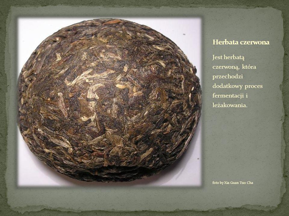 Herbata czerwona Jest herbatą czerwoną, która przechodzi dodatkowy proces fermentacji i leżakowania.