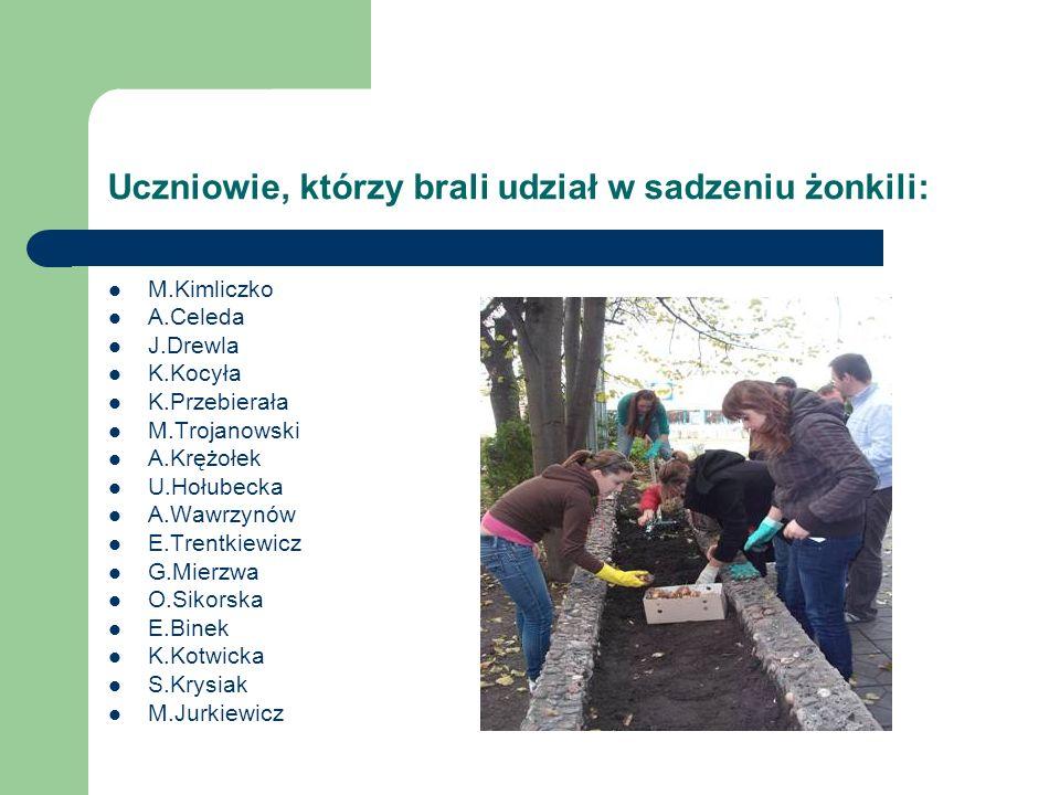Uczniowie, którzy brali udział w sadzeniu żonkili: