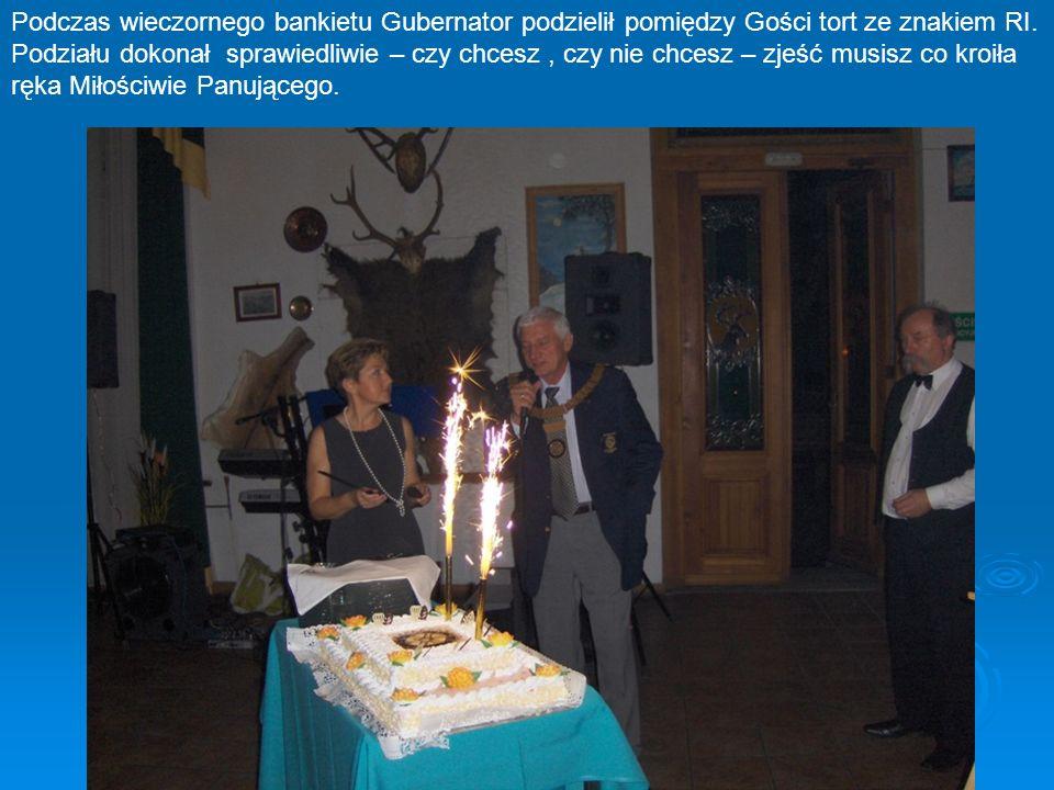 Podczas wieczornego bankietu Gubernator podzielił pomiędzy Gości tort ze znakiem RI.