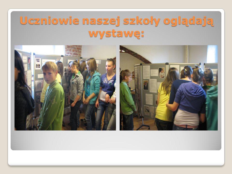 Uczniowie naszej szkoły oglądają wystawę: