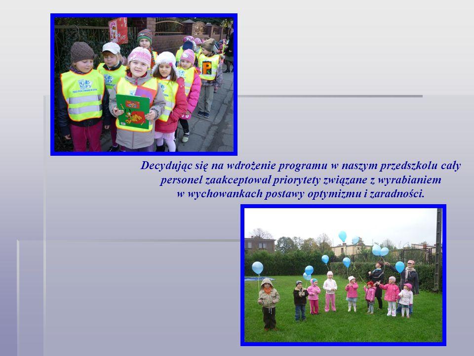 Decydując się na wdrożenie programu w naszym przedszkolu cały personel zaakceptował priorytety związane z wyrabianiem w wychowankach postawy optymizmu i zaradności.