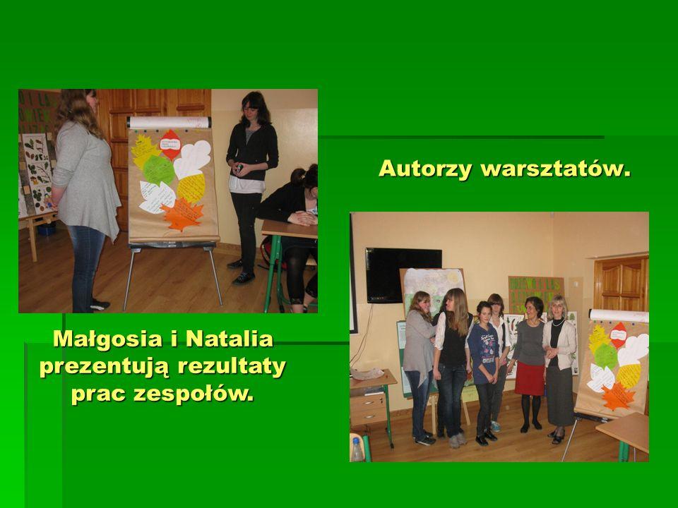 Małgosia i Natalia prezentują rezultaty prac zespołów.