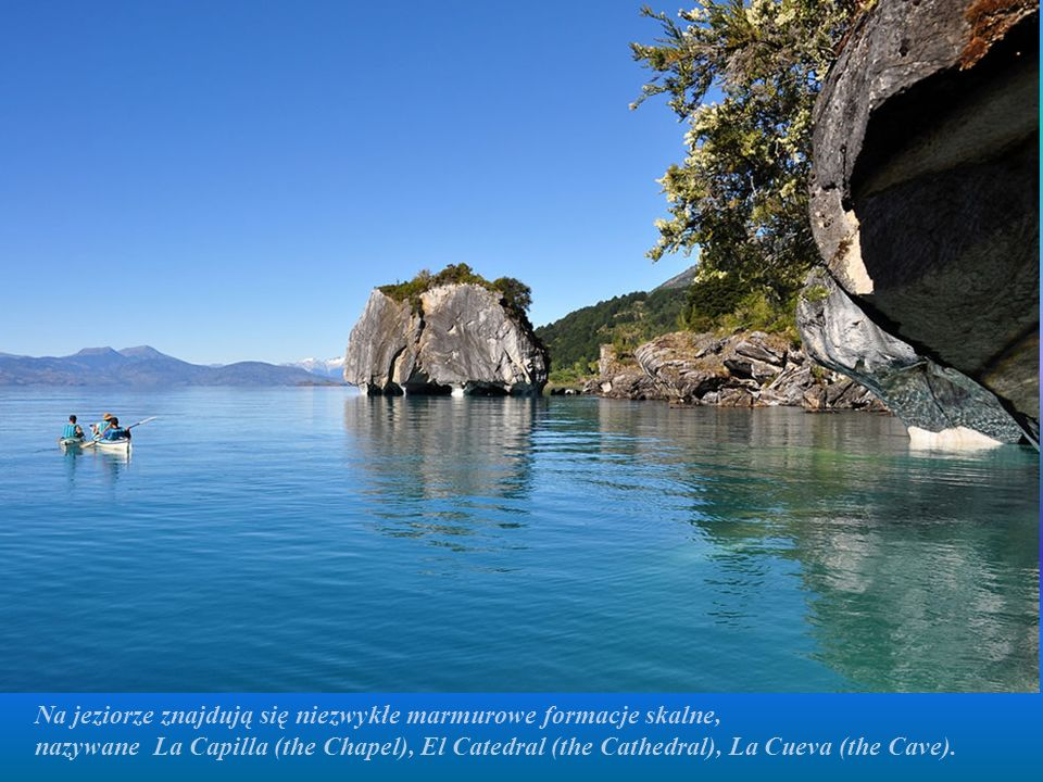 Na jeziorze znajdują się niezwykłe marmurowe formacje skalne,