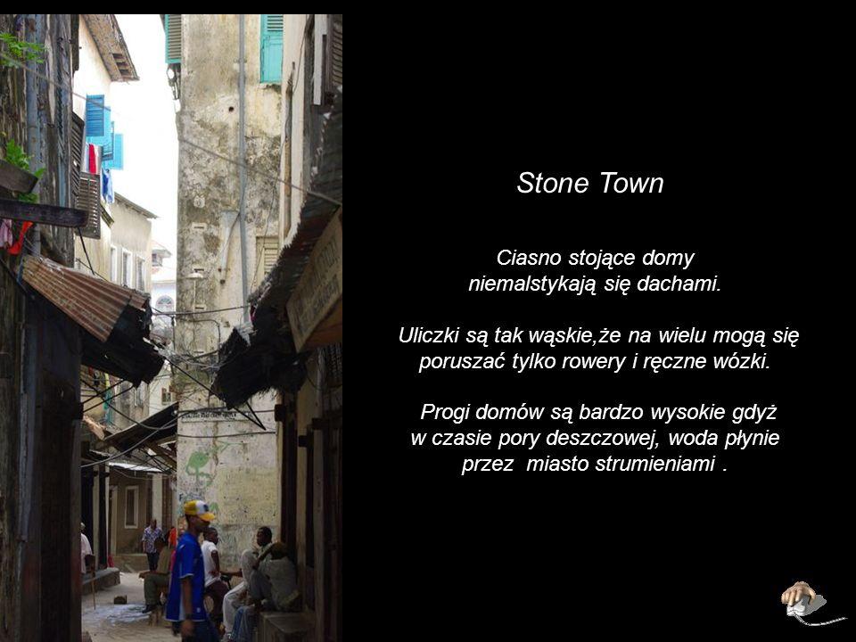 Stone Town Ciasno stojące domy niemalstykają się dachami.
