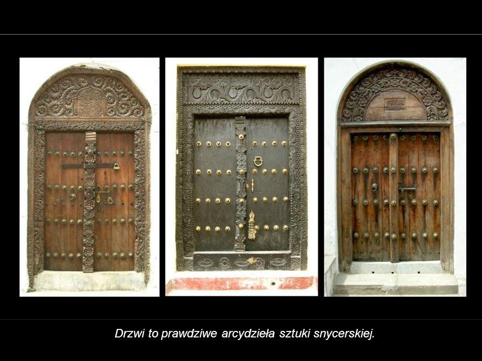 Drzwi to prawdziwe arcydzieła sztuki snycerskiej.
