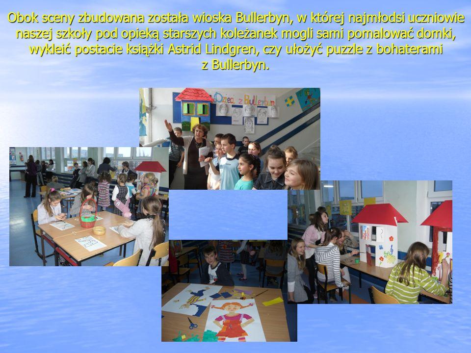 Obok sceny zbudowana została wioska Bullerbyn, w której najmłodsi uczniowie naszej szkoły pod opieką starszych koleżanek mogli sami pomalować domki, wykleić postacie książki Astrid Lindgren, czy ułożyć puzzle z bohaterami z Bullerbyn.
