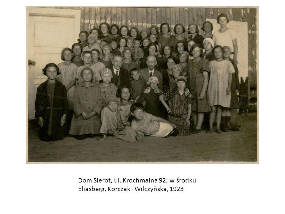 Dom Sierot, ul. Krochmalna 92; w środku Eliasberg, Korczak i Wilczyńska, 1923