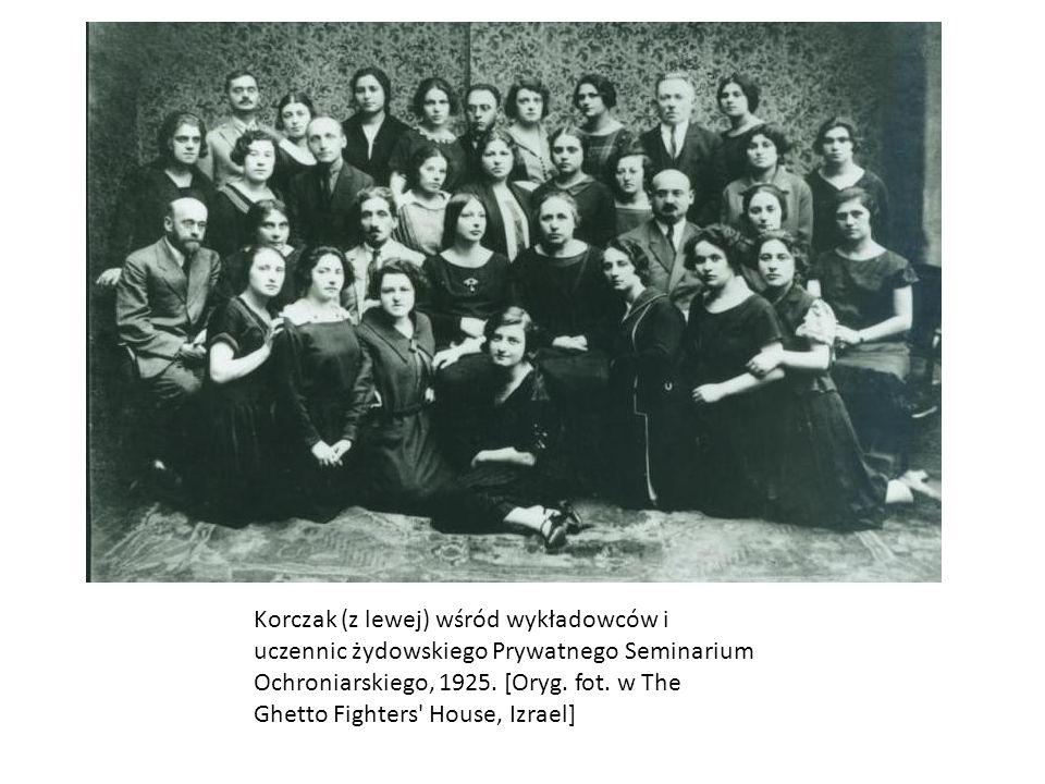 Korczak (z lewej) wśród wykładowców i uczennic żydowskiego Prywatnego Seminarium Ochroniarskiego, 1925.