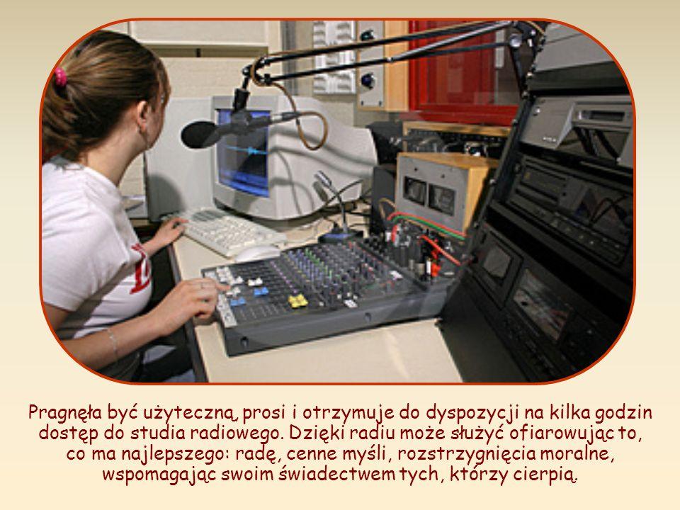 Pragnęła być użyteczną, prosi i otrzymuje do dyspozycji na kilka godzin dostęp do studia radiowego.