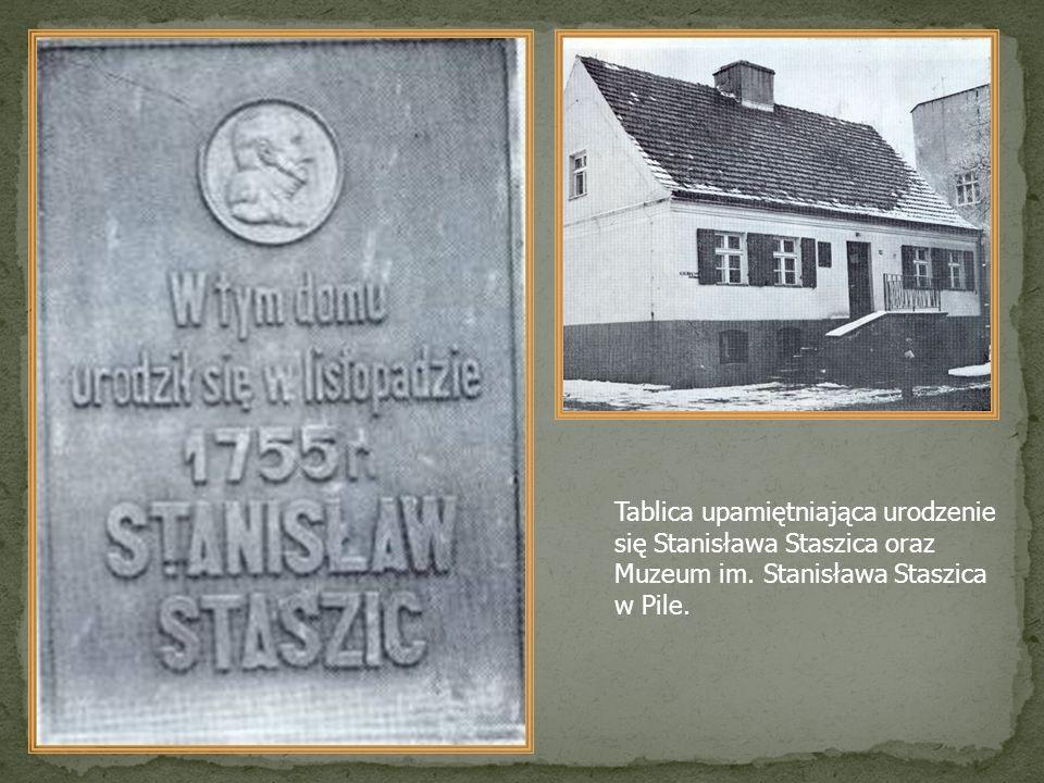 Tablica upamiętniająca urodzenie się Stanisława Staszica oraz Muzeum im. Stanisława Staszica w Pile.