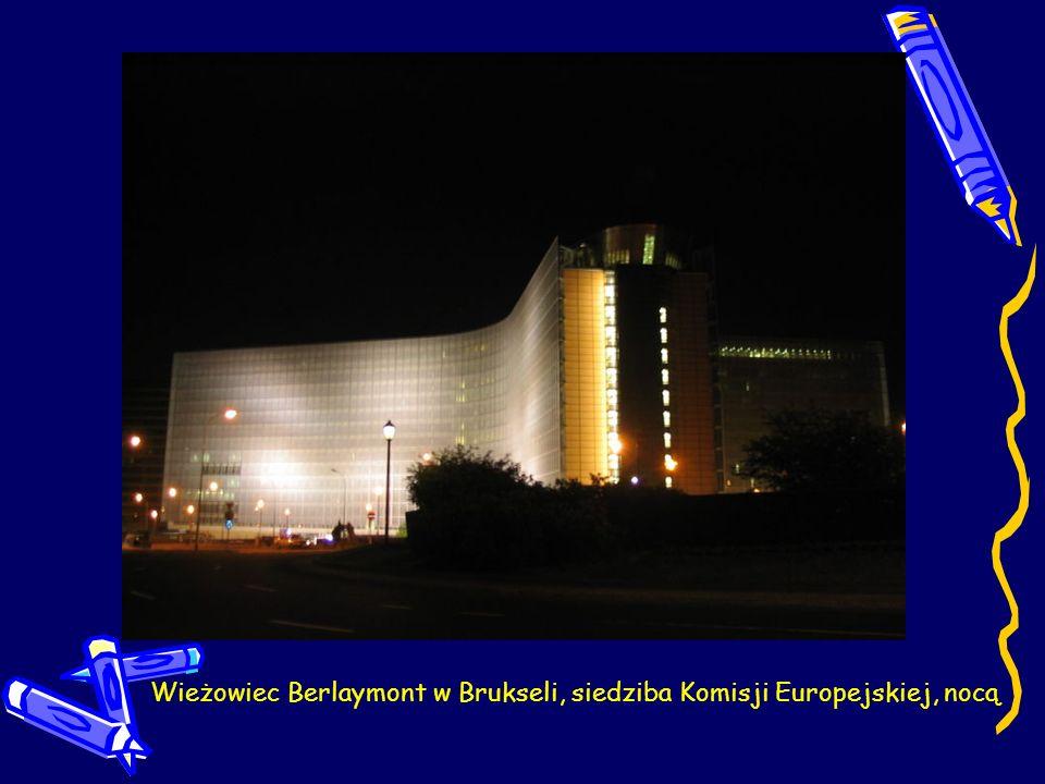 Wieżowiec Berlaymont w Brukseli, siedziba Komisji Europejskiej, nocą