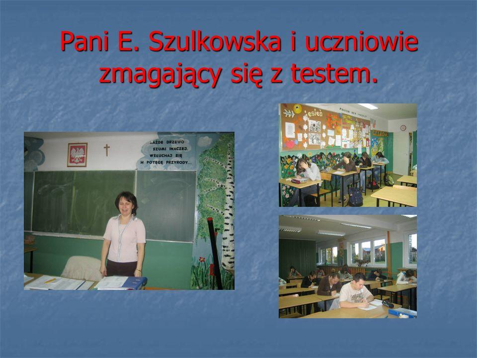 Pani E. Szulkowska i uczniowie zmagający się z testem.