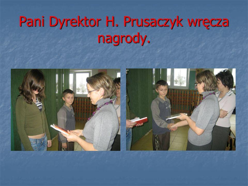 Pani Dyrektor H. Prusaczyk wręcza nagrody.