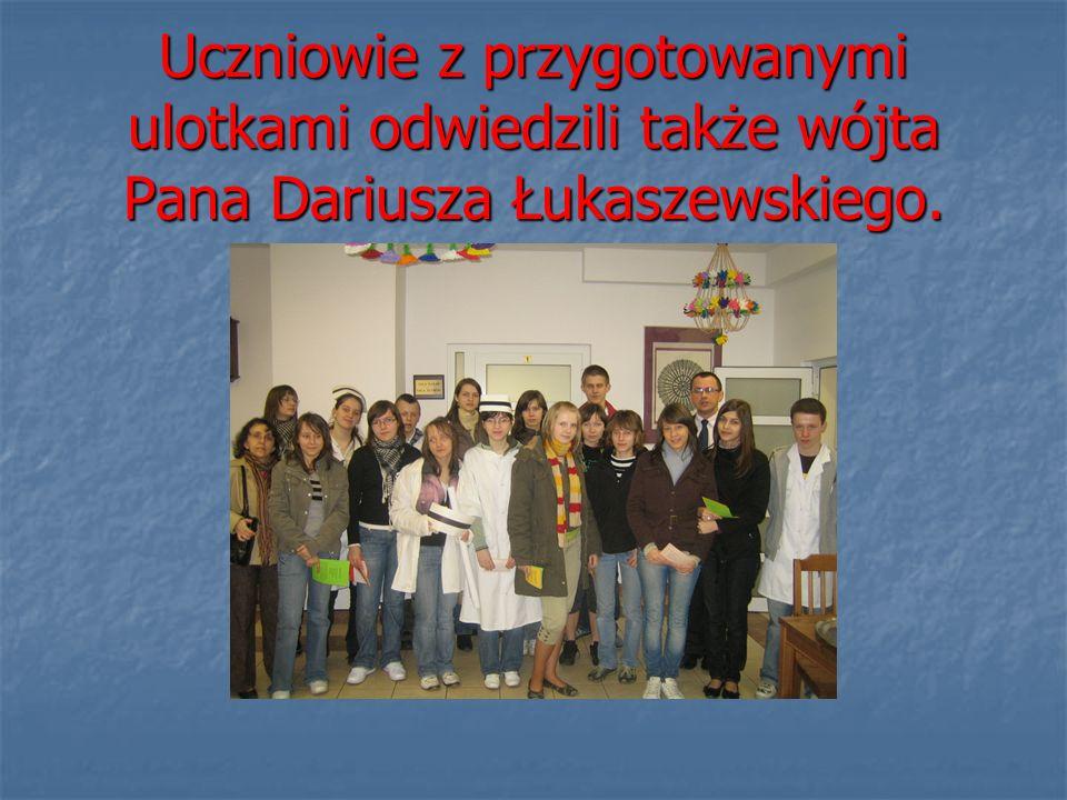 Uczniowie z przygotowanymi ulotkami odwiedzili także wójta Pana Dariusza Łukaszewskiego.