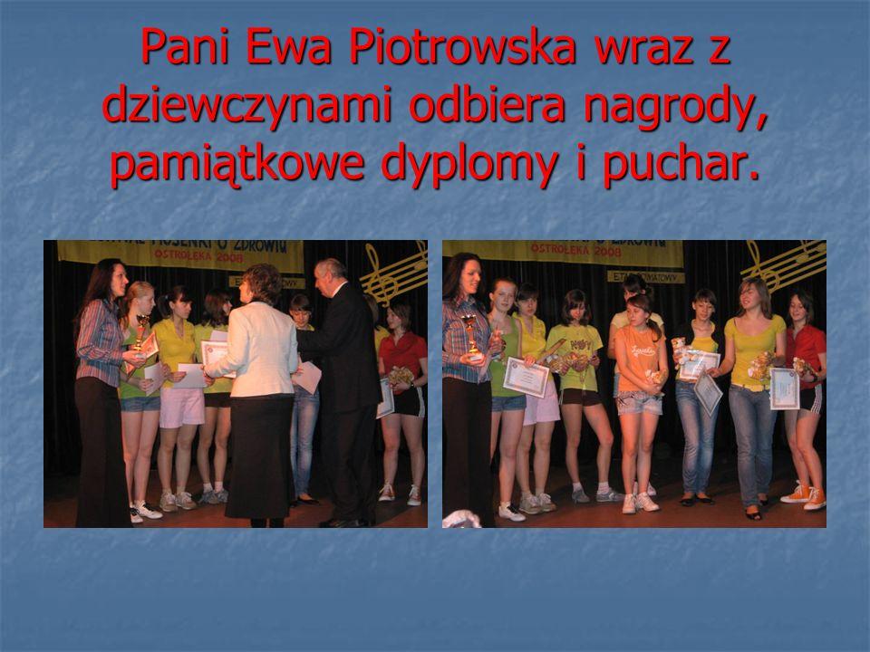 Pani Ewa Piotrowska wraz z dziewczynami odbiera nagrody, pamiątkowe dyplomy i puchar.