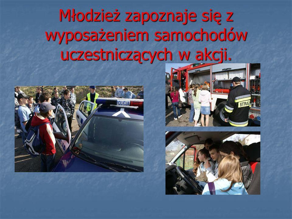 Młodzież zapoznaje się z wyposażeniem samochodów uczestniczących w akcji.