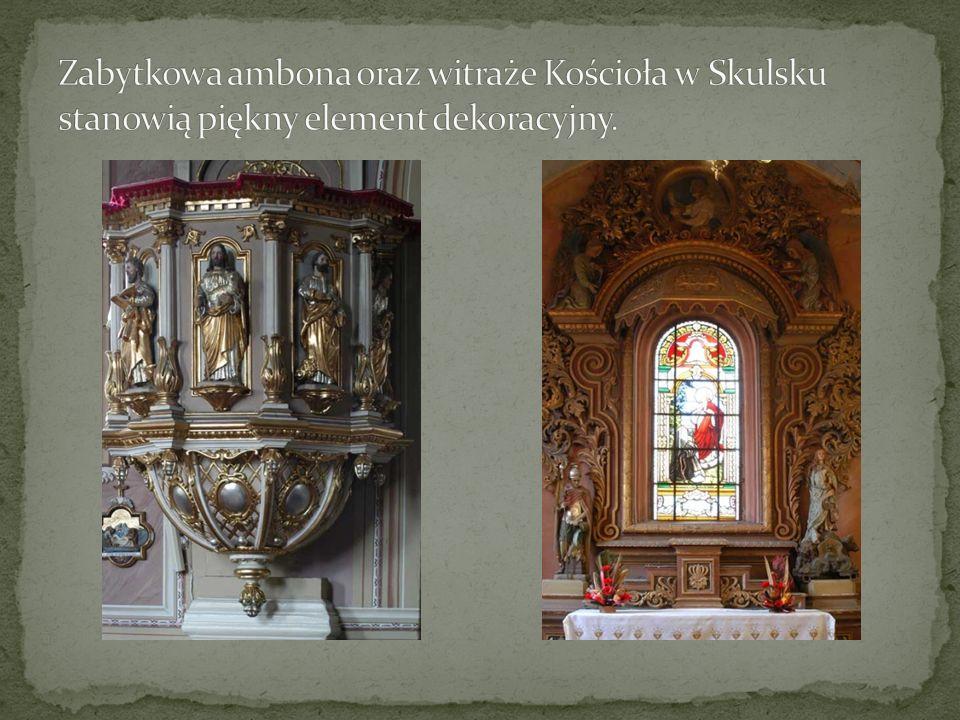 Zabytkowa ambona oraz witraże Kościoła w Skulsku stanowią piękny element dekoracyjny.
