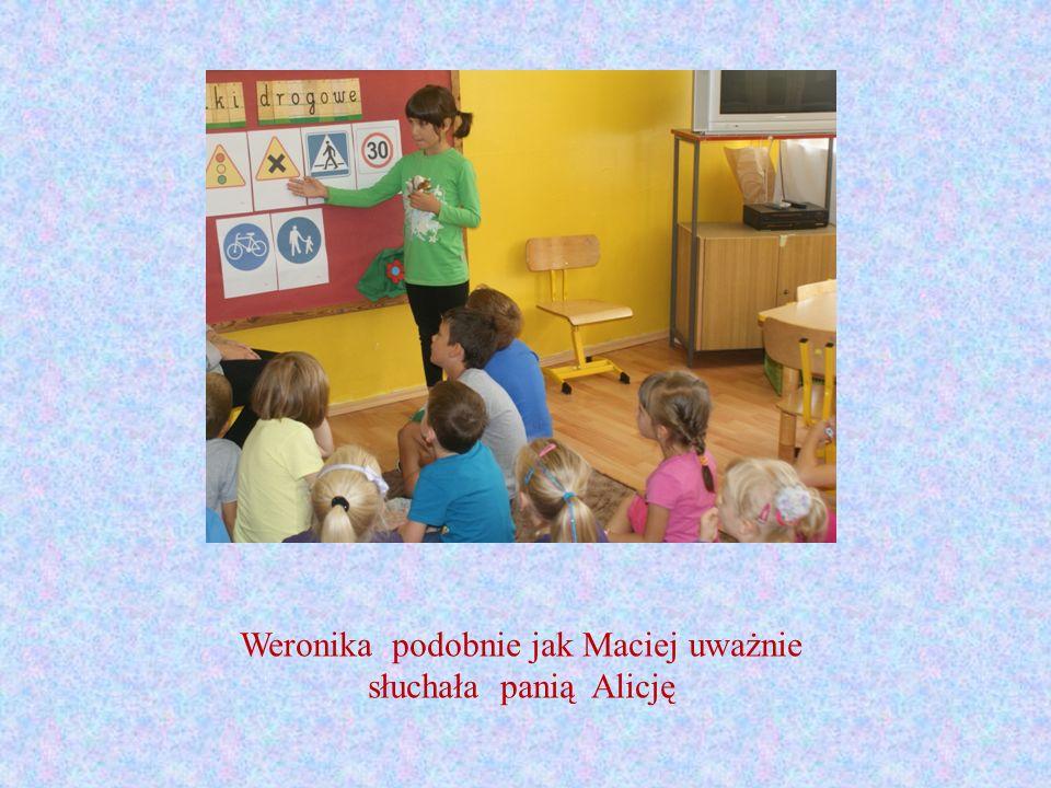 Weronika podobnie jak Maciej uważnie słuchała panią Alicję
