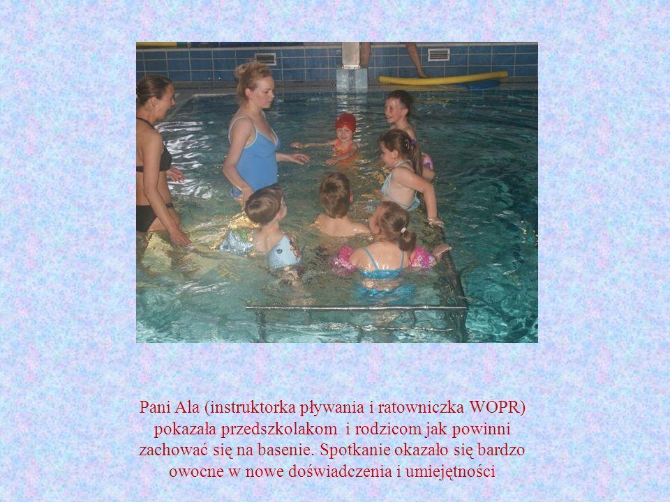 Pani Ala (instruktorka pływania i ratowniczka WOPR) pokazała przedszkolakom i rodzicom jak powinni zachować się na basenie.