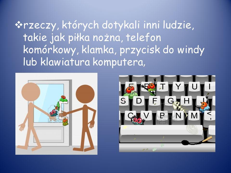 rzeczy, których dotykali inni ludzie, takie jak piłka nożna, telefon komórkowy, klamka, przycisk do windy lub klawiatura komputera,