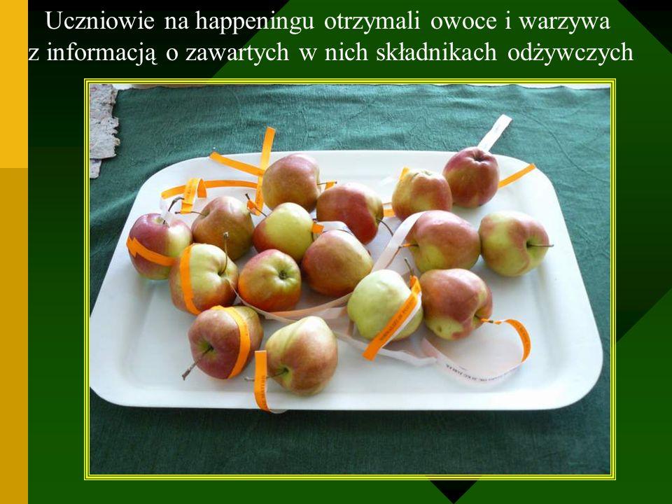 Uczniowie na happeningu otrzymali owoce i warzywa