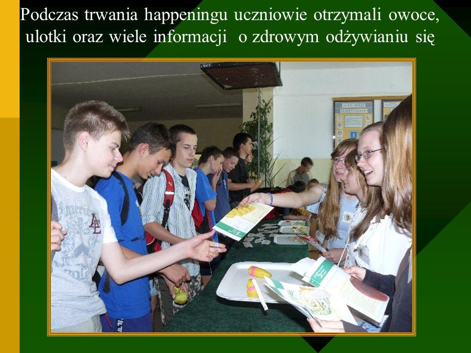 Podczas trwania happeningu uczniowie otrzymali owoce, ulotki oraz wiele informacji o zdrowym odżywianiu się