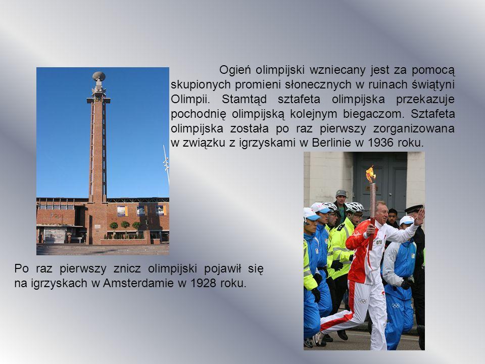 Ogień olimpijski wzniecany jest za pomocą skupionych promieni słonecznych w ruinach świątyni Olimpii. Stamtąd sztafeta olimpijska przekazuje pochodnię olimpijską kolejnym biegaczom. Sztafeta olimpijska została po raz pierwszy zorganizowana w związku z igrzyskami w Berlinie w 1936 roku.