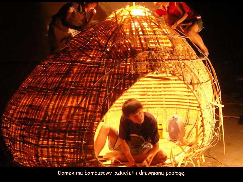 Domek ma bambusowy szkielet i drewnianą podłogę.