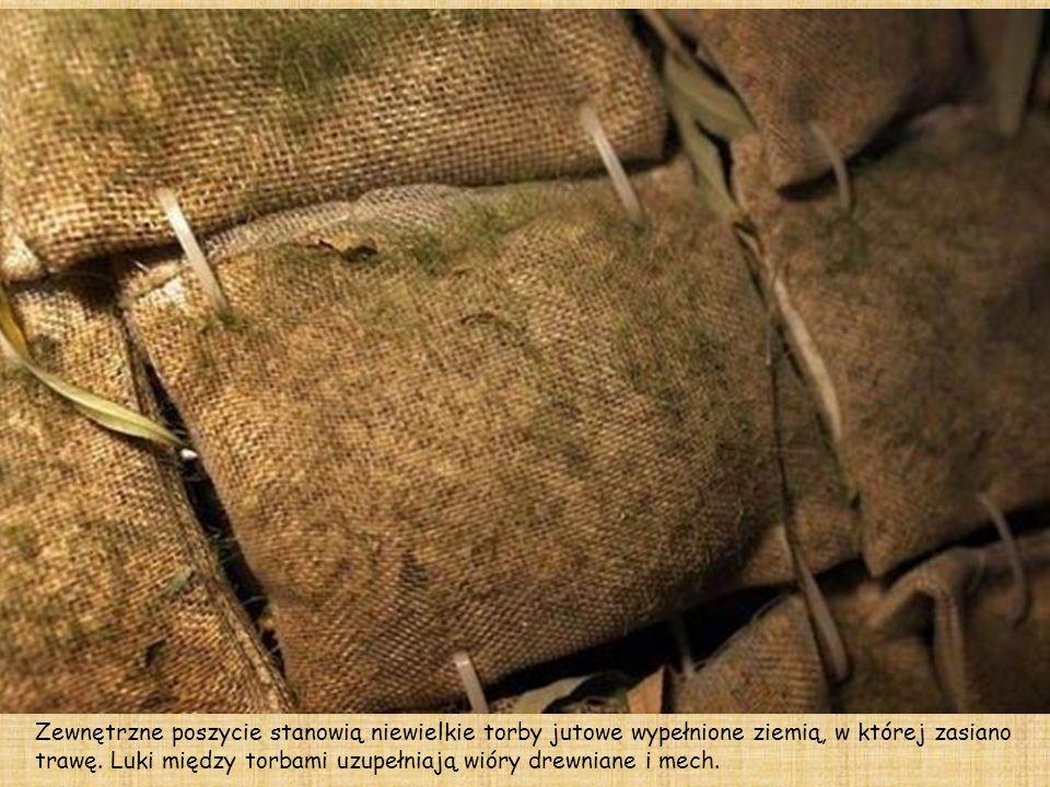 Zewnętrzne poszycie stanowią niewielkie torby jutowe wypełnione ziemią, w której zasiano trawę.